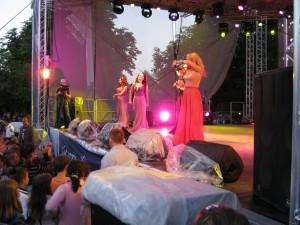 """Trupa """"Блестящие"""" a cîntat la Fălești un hit al formației O-zone, împreună cu Renato Usatîi  (video de pe perfecte.md)"""
