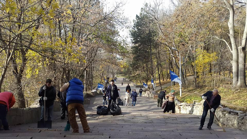 (ВИДЕО, ФОТО) Активисты «Нашей Партии» устроили осеннюю уборку в парке «Валя Морилор»
