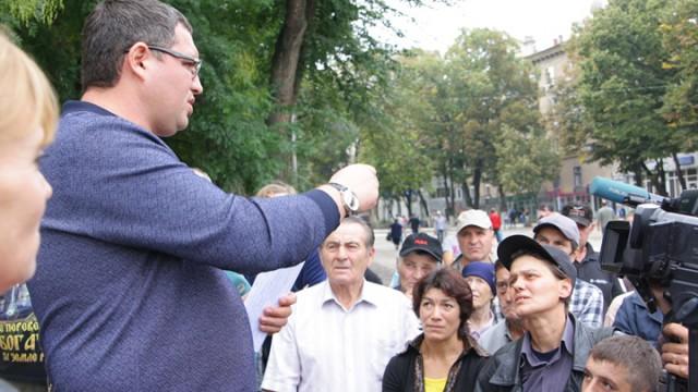 Дворники, оставленные частником без копейки, получили зарплату от мэра Усатого (ВИДЕО)