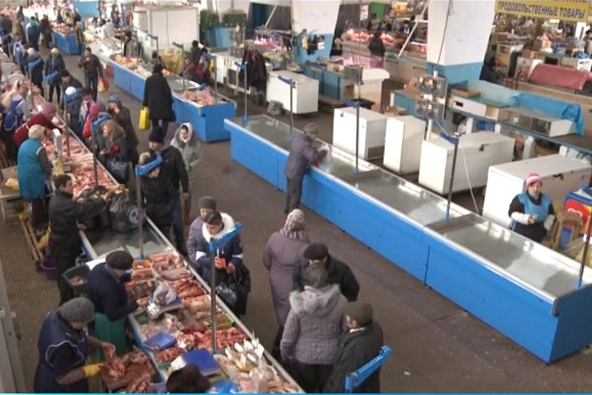 """La piața centrală din Bălți e """"răcoare"""": vitrinele cu carne au fost dotate cu echipament nou"""