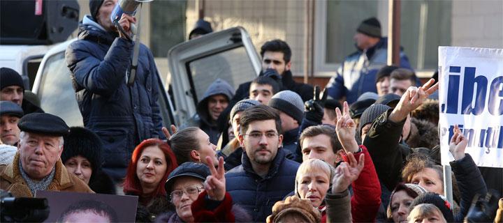 """Sute de protestatari scandează: """"Jos Busuioc"""", """"Puterea e în adevăr"""""""