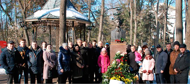 """Activiștii """"Partidului Nostru"""" au depus flori la bustul lui Mihai Eminescu (FOTO)"""