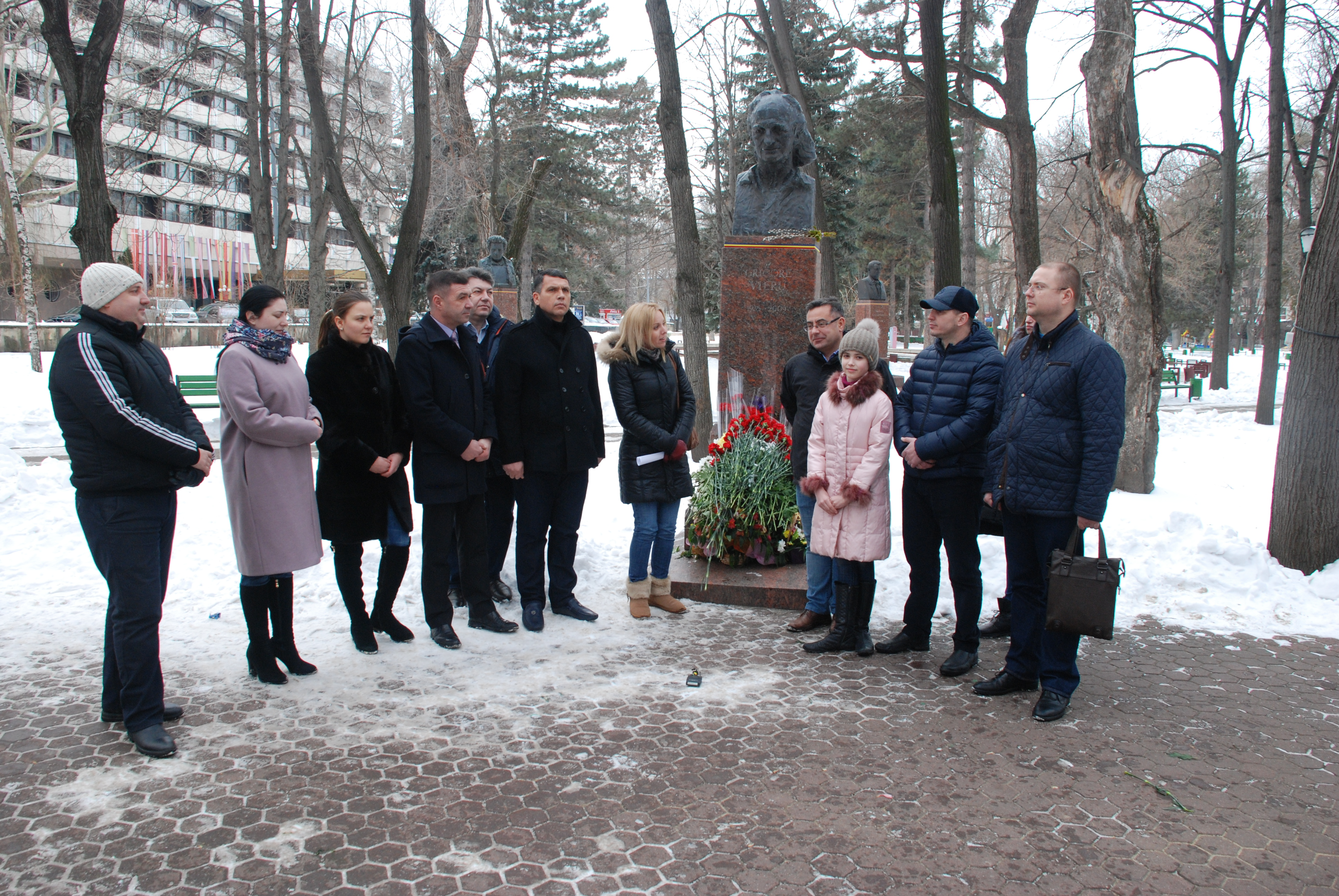 """Activiștii """"Partidului Nostru"""" au depus flori la bustul poetului Grigore Vieru"""
