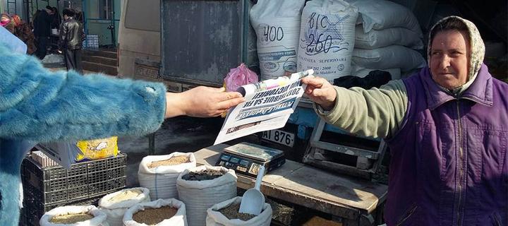 """Люди тянутся к Правде! Активисты по всей Молдове распространяют газету """"Нашей Партии"""" (ФОТОРЕПОРТАЖ)"""