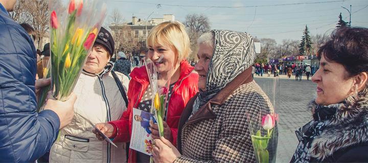 """Zeci de mii de flori şi mărţişoare oferite cu drag din partea """"Partidului Nostru"""" (REPORTAJ FOTO)"""